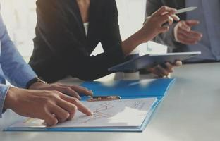 mensen uit het bedrijfsleven bespreken financiële documenten