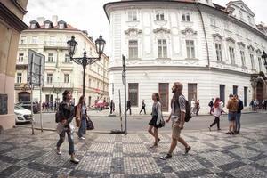 Praag, Tsjechië 2017 - mensen lopen op de celetna-straat foto