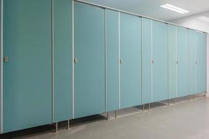 schone mannen openbare toiletruimte foto