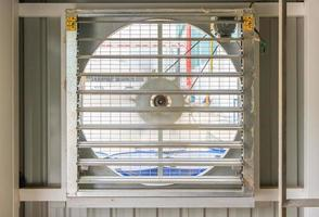 stalen ventilator op stalen constructie voor industrieel ventilatiesysteem