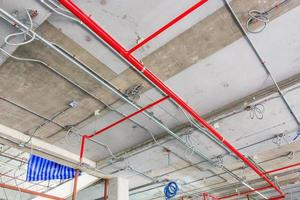 ventilatiebuizen in isolatiemateriaal en sprinkler op rode buis