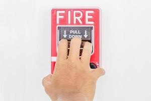 hand van de mens die brandalarmschakelaar trekt
