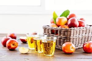 appelsap in glazen en appels in de mand