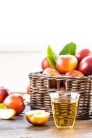 appelsap in glas en appels in de mand foto