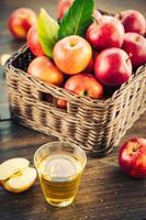 appelsap in glas en appels in de mand