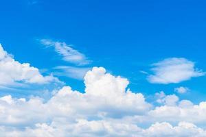 witte wolken in de blauwe lucht