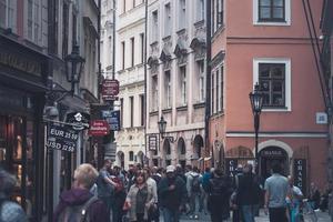 Praag, Tsjechië 2017 - uitzicht op Karlova straat met toeristen