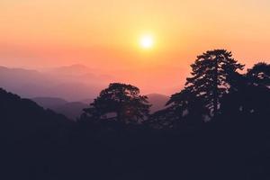 kleurrijke zonsondergang over bergen silhouet
