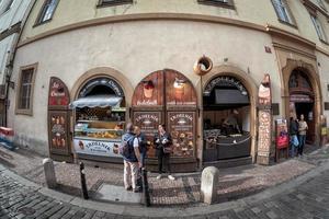 Praag, Tsjechië 2017 - Trdelnik-bakkerij op Karlova-straat in de oude stad foto