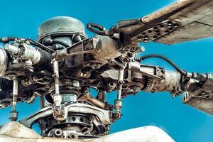 rotorbladen en rotorkop van militaire helikopter