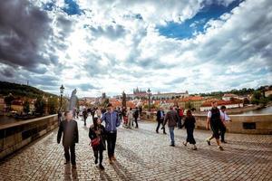 Tsjechië 2017-- mensen lopen over de historische Karelsbrug