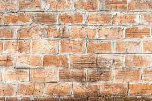 oude verweerde bakstenen muur