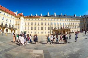 Praag, Tsjechië 2017-- groep toeristen op de derde binnenplaats van het kasteel van Praag
