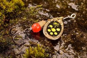 visserijlepel lokken op natte steen met mos
