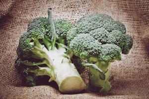broccoli op jute foto