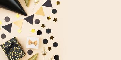 bovenaanzicht van zwarte en gouden feestdecoraties foto