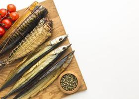 gerookte vis op een houten bord
