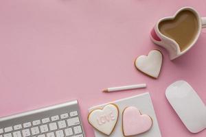 Valentijnsdag items op een bureau