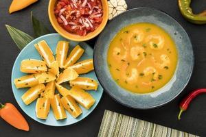 garnalensoep met stukjes sinaasappel