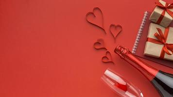 Valentijnsdag items op een rode achtergrond foto