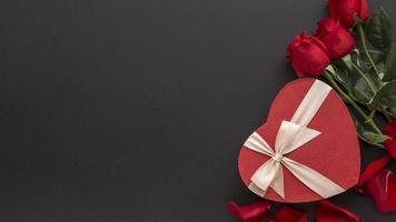 rode rozen en chocolaatjes
