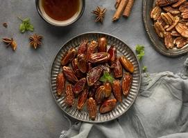 plaat van dadel noten