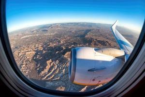 een uitzicht vanaf de stoel bij het raam opstijgen vanuit Alicante, Spanje foto