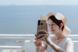 vrouw die een selfie neemt foto