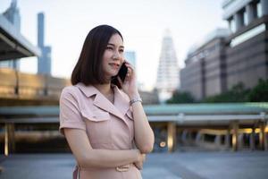 vrouw met behulp van een telefoon in een stad