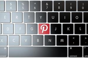 Pinterest-pictogram op het toetsenbord van de laptop foto