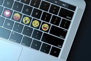 2018-- illustratief redactioneel commentaar van emoji's op het computertoetsenbord foto