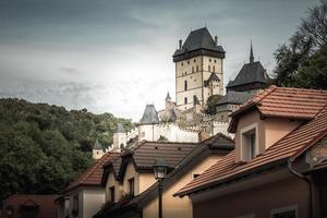 centraal Bohemen, Tsjechië 2016 - kasteel Karlatejn, uitzicht vanuit het dorp foto