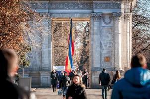 Chisinau, Moldavië 2013 - de triomfboog gevuld met toeristen