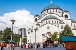 Belgrado, Servië, 24 september 2015 - toeristen staan voor de Sint-Sava-kathedraal foto