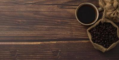 koffiemok en koffiebonen op tafel foto