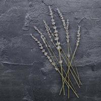 lavendel op een grijze achtergrond bovenaanzicht foto