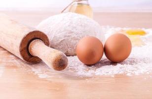 verse pasta-ingrediënten op een tafel