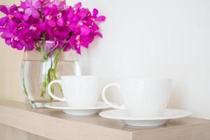 koffiekopje met bloemenvaas foto
