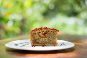 zelfgemaakt amandelbananenbrood op een tafel