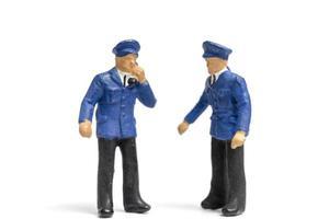 miniatuur politieagenten staan op een witte achtergrond