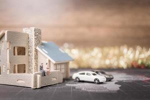 miniatuurmensen om thuis te zitten, investeringen en groei in bedrijfsconcept foto