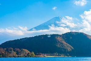 mooi landschap van berg fuji met de boom van het esdoornblad rond meer