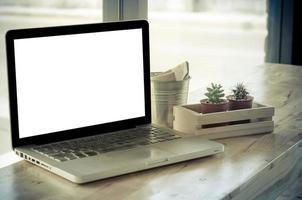 laptopmodel op een bureau met planten foto