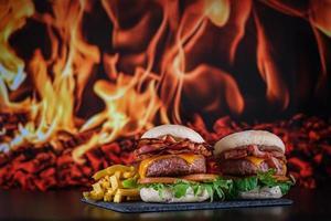 hamburgers met frietjes met plaat foto