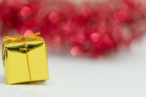 gouden geschenk tegen rode bokeh