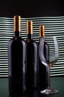 wijnflessen en glas met witte lijnenachtergrond foto