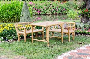 bamboe meubelen in een tuin foto