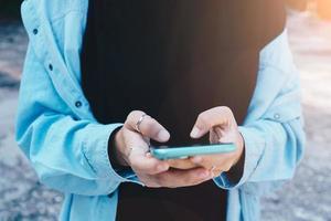 vrouw die smartphone gebruikt om e-mail te verzenden en te ontvangen foto