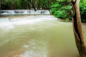 waterval in het regenseizoen foto