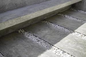 betonnen bank met rotsen